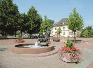 Fountain with monument of Gänse Anna on Market Square Miesenbach